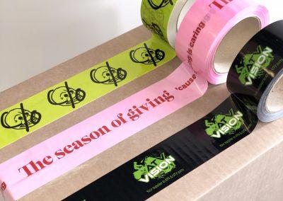 Packtejp med eget tryck. Tre olika utföranden och färger. Gul, rosa och svart packtejp med tryck.