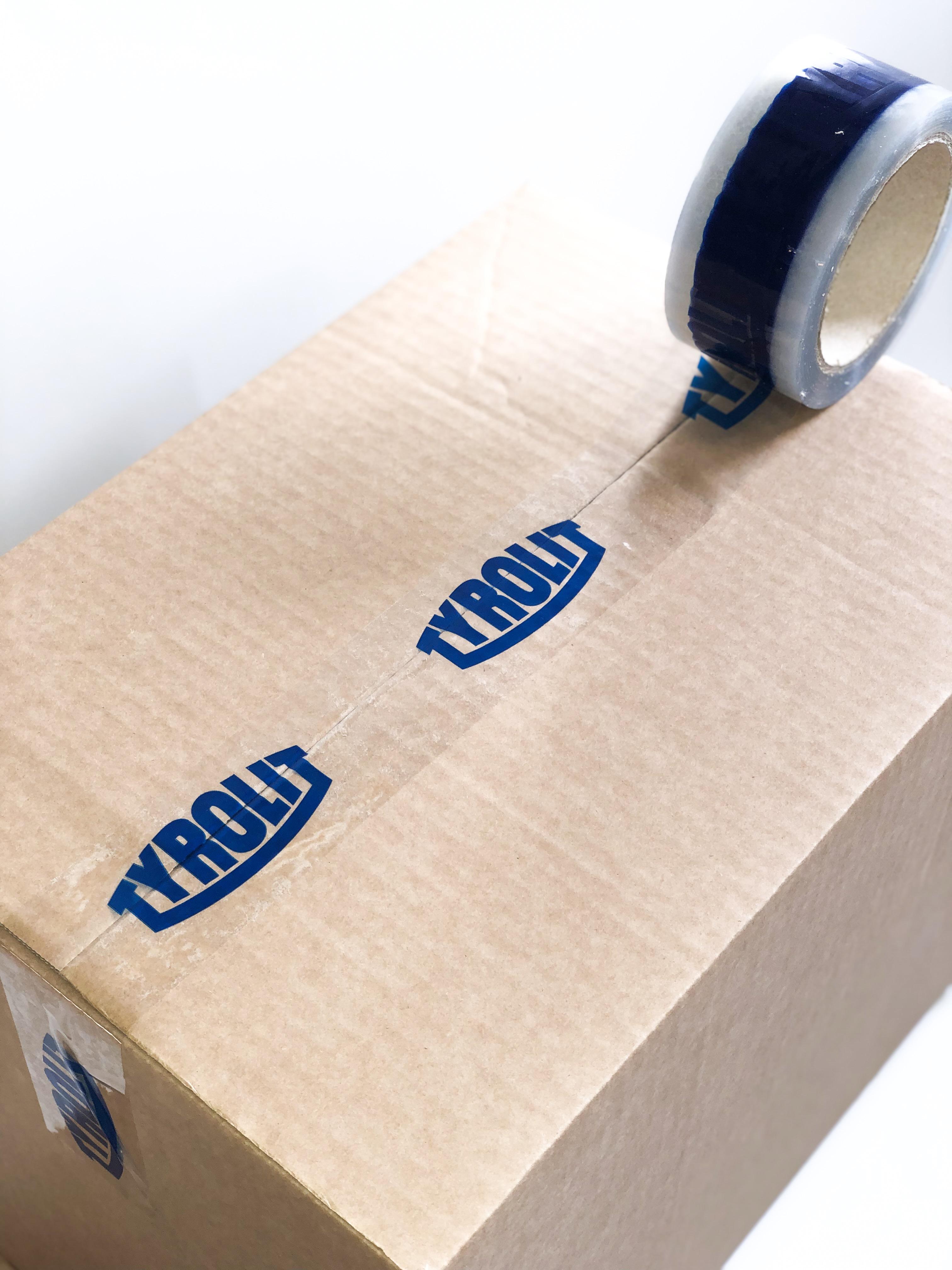 Genomskinlig packtejp med blått tryck.